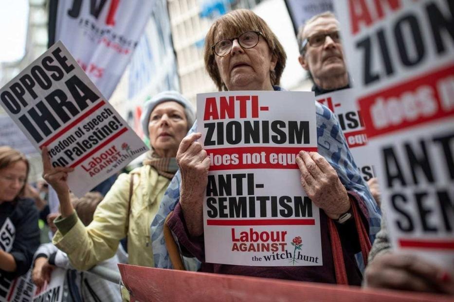 Protesto contra a definição de antissemitismo da International Holocaust Remembrance Alliance (IHRA) em Londres, Reino Unido, em 4 de setembro de 2018. [Dan Kitwood/Getty Images]