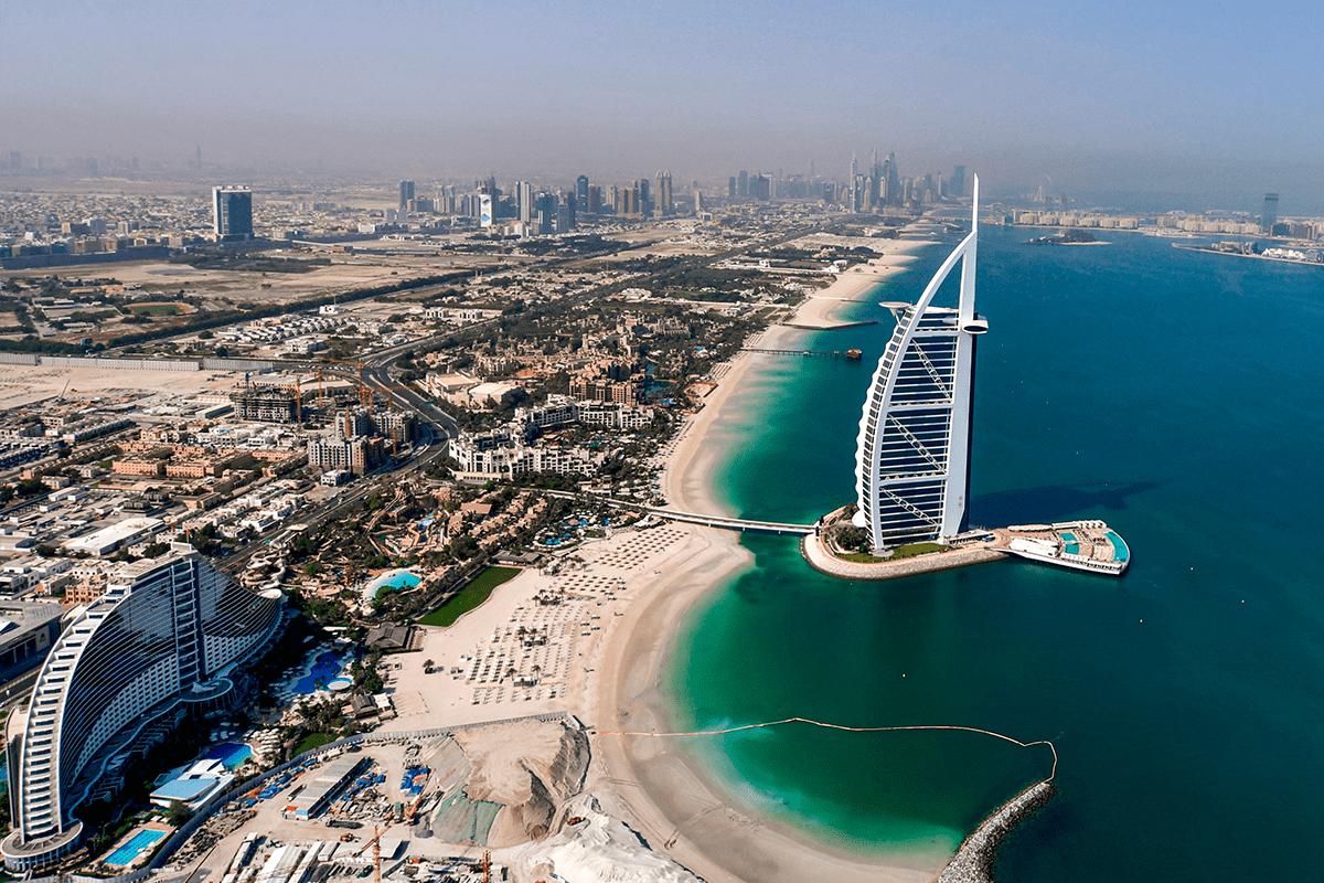 Vista aérea do hotel Burj al-Arab em Dubai. [Karim Sahib/ FP via Getty Images]