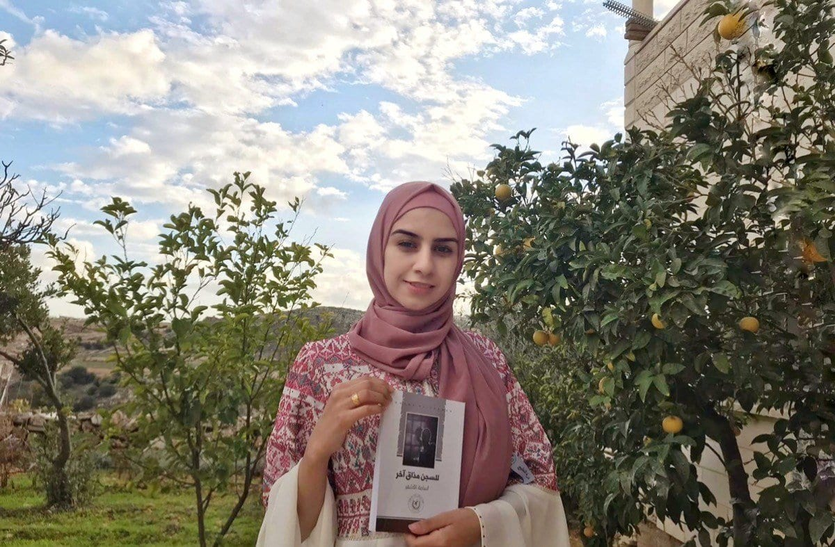 Manar Khalawi apresenta o primeiro livro de Osama Al-Ashqar, em outubro de 2020. [Manar Khalawi/MEMO]