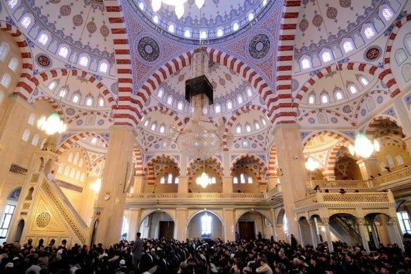 Cidadãos chechenos oram na Mesquita Akhmad Kadyrov, em Grozny, 11 de março de 2011 [Mikhail Mordasov/AFP/Getty Images]