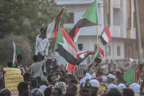 Povo sudanês se reúne para celebrar as negociações em andamento entre o Conselho Militar de Transição e a aliança de oposição Forças pela Liberdade e Mudança, em Cartum, Sudão, em 5 de julho de 2019. [Mahmoud Hjaj/Agência Anadolu]