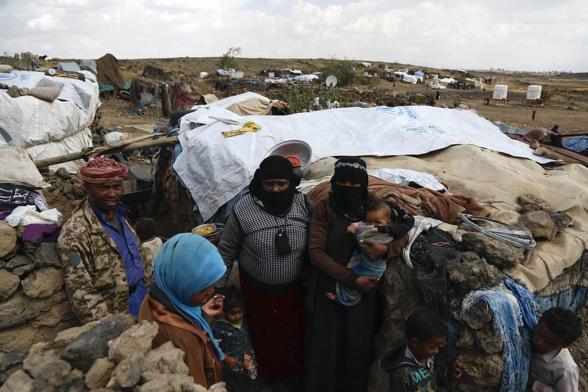 Civis que fugiram da guerra civil em curso são vistos no campo de refugiados de Al-Raqah, na província de Amran, no norte de Sanaa, Iêmen, em 24 de novembro de 2019. [Mohammed Hamoud/Agência Anadolu]