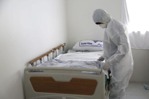 Funcionários estabelecem um novo departamento para pacientes com coronavírus no Hospital Zaid em precauções contra a pandemia de coronavírus, em Sanaa, Iêmen, em 28 de março de 2020. [Mohammed Hamoud/Agência Anadolu]