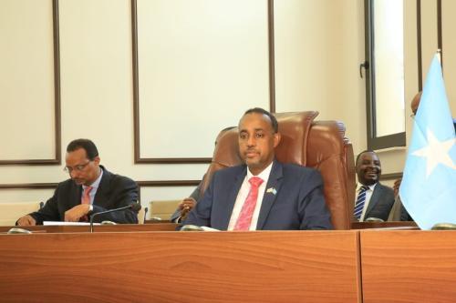 O recém-nomeado Mohamed Hussein Roble (2º esq.) endossado por todos os 215 membros do parlamento durante uma sessão de voto de confiança com a presença do presidente da Somália, Mohamed Abdullahi Farmaajo (não visto), na capital Mogadíscio, Somália, em 23 de setembro de 2020. [Sadak Mohamed/Anadolu Agency]