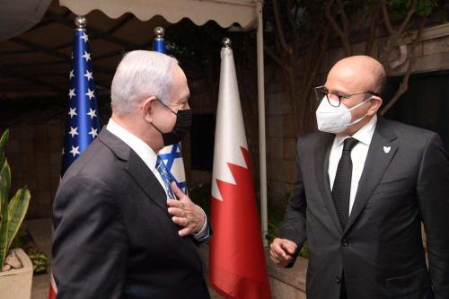 O primeiro-ministro israelense, Benjamin Netanyahu (esq.), fala com o ministro das Relações Exteriores do Bahrein, Abdullatif bin Rashid Al Zayani (dir.), antes de sua reunião no Escritório do Primeiro Ministério em Jerusalém Ocidental, em 18 de novembro de 2020. [Primeiro-ministro israelense/Folheto/Agência Anadolu]