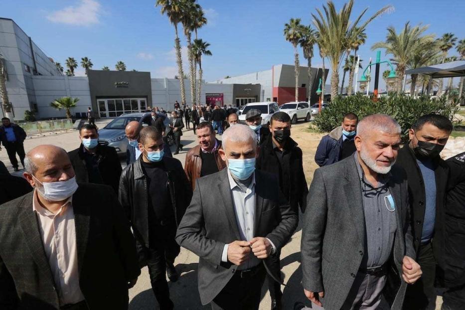 O diretor do Hamas, Khalil al-Hayya (esq.), e o líder palestino do Hamas na Faixa de Gaza, Yahya Sinwar (centro), com os líderes dos grupos palestinos deixam a cidade no Portão da Fronteira de Rafah em Gaza para participar das negociações de diálogo nacional programadas para começar amanhã no Cairo, capital do Egito, em Rafah, Gaza, em 7 de fevereiro de 2021. [Ashraf Amra/Anadolu Agency]