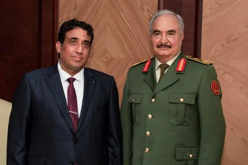 O presidente do governo interino da Líbia, Mohammad Younes Menfi (esq.) encontra o senhor da guerra Khalifa Haftar (dir.) em Benghazi, Líbia, em 11 de fevereiro de 2021. [Gabinete de Imprensa das Forças de Khalifa Haftar/Anadolu Agency]