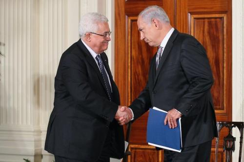 O presidente da Autoridade Palestina, Mahmoud Abbas (esq.), cumprimenta o primeiro-ministro israelense Benjamin Netanyahu (dir.) durante uma declaração na Sala Leste na Casa Branca no primeiro dia das negociações de paz no Oriente Médio em 1º de setembro de 2010 em Washington, DC [ Alex Wong / Getty Images]