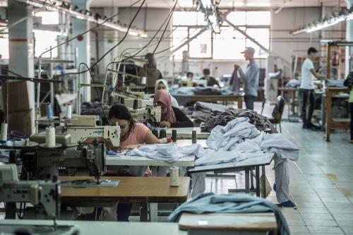 Costureiras na fábrica de roupas Marie Louis, na cidade de 10 de Ramadã, cerca de 60 km ao norte do Cairo, no Egito, 29 de julho de 2018 [Khaled Desouki/AFP via Getty Images]
