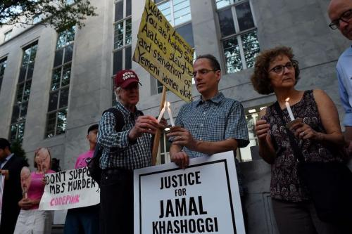 Pessoas se reúnem em frente à Embaixada da Arábia Saudita em 2 de outubro de 2019 em Washington, DC, para lembrar Jamal Khashoggi, jornalista saudita e colunista colaborador do Washington Post, morto por uma equipe de assassinos no consulado da Arábia Saudita em Istambul. - O fundador da Amazon e proprietário do Washington Post, Jeff Bezos, juntou-se a ativistas em Istambul para um serviço memorial em frente ao consulado saudita onde o jornalista Jamal Khashoggi foi assassinado há um ano. (Foto de Olivier Douliery / AFP)