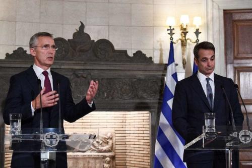 Jens Stoltenberg (à esquerda), secretário-geral da Organização do Tratado do Atlântico Norte (OTAN), ao lado do Primeiro-Ministro da Grécia Kyriakos Mitsotakis em coletiva de imprensa após reunião, em Atenas, 10 de outubro de 2019 [Aris Messinis/AFP via Getty Images]