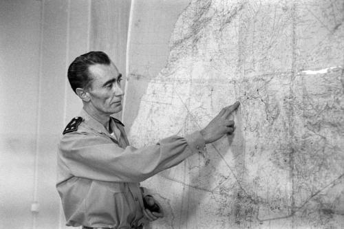 General Jean Thiry descreve a jornalistas a explosão da terceira bomba atômica francesa no polígono de testes de Reggane, na região saariana da Argélia, em 27 de dezembro de 1960 [AFP via Getty Images]