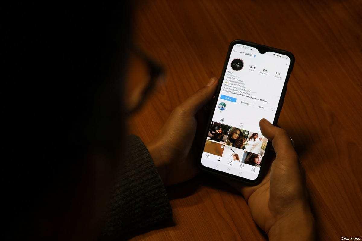 Usuário olha a página do Instagram da influencer saudita Ragda Bakhorji [AFP via Getty Images]