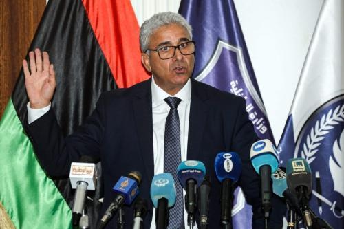 Fathi Bashagha, ministro do Interior do Governo de Acordo Nacional da Líbia reconhecido pela ONU (GNA), fala durante uma entrevista coletiva no Instituto de Treinamento Tajura, a sudeste da capital Trípoli, controlada pela GNA, em 28 de julho de 2020. [Mahmud Turkia/AFP via Getty Images ]