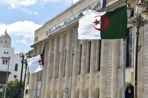 Bandeiras argelinas tremulam em frente ao edifício da Assembleia Nacional do Povo (parlamento) na capital Argel, em 10 de setembro de 2020. [Ryad Kramdi/AFP/Getty Images]