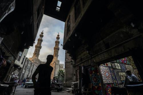 Um egípcio passa por uma loja na rua Khayamiya, rua dos fabricantes de tendas, na cidade velha da capital egípcia, Cairo, em 11 de setembro de 2020. [Mohamed El-Shahed/AFP via Getty Images]