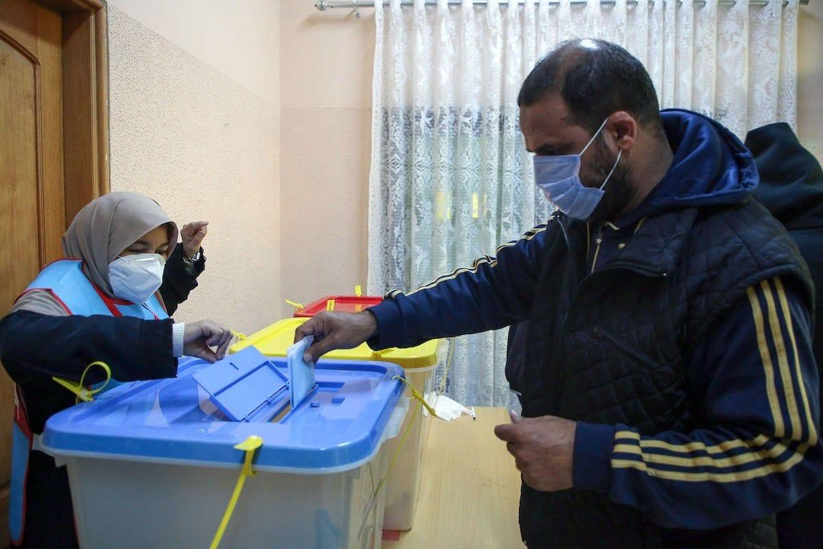 Cidadãos líbios registram seu voto para o segundo turno das eleições municipais, no bairro de Andalus, em Trípoli, capital da Líbia, 7 de janeiro de 2021 [Mahmud Turkia/AFP via Getty Images]