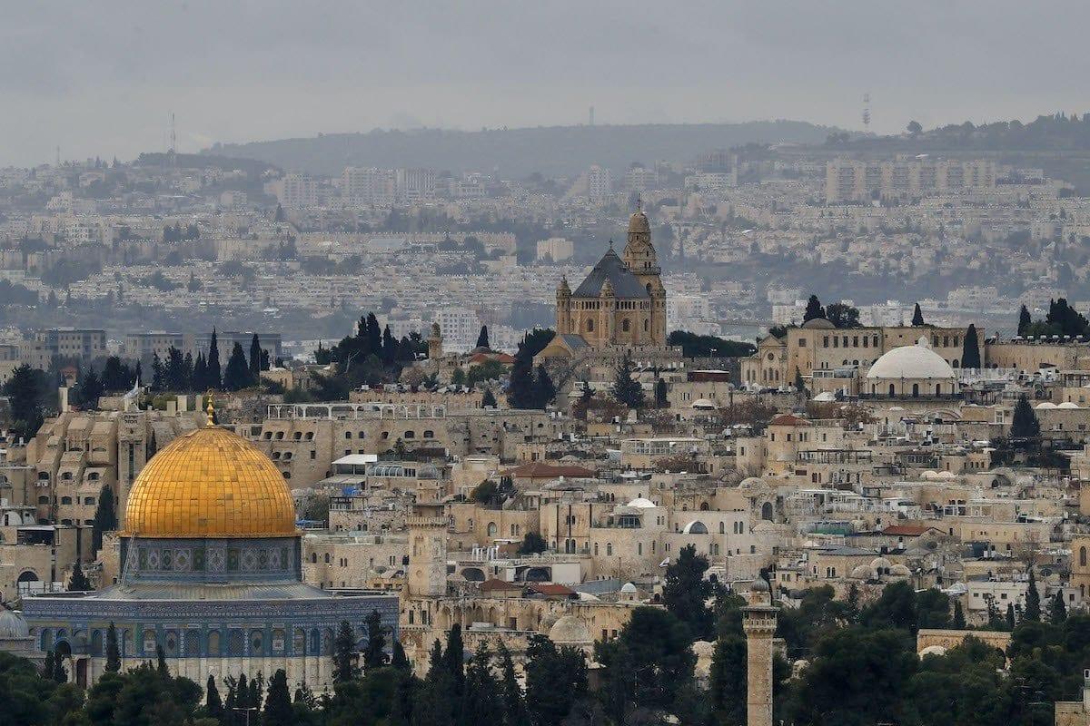 A Cúpula da Rocha, no complexo das mesquitas de Al-Aqsa e a Abadia da Dormição na Cidade Velha de Jerusalém, em 15 de janeiro de 2021. [Ahmad Gharabli/AFP via Getty Images]