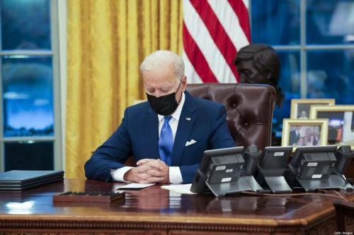O presidente dos EUA, Joe Biden, assina ações executivas no Salão Oval da Casa Branca em Washington, DC, EUA, na terça-feira, 2 de fevereiro de 2021. [Doug Mills/The New York Times/Bloomberg via Getty Images]