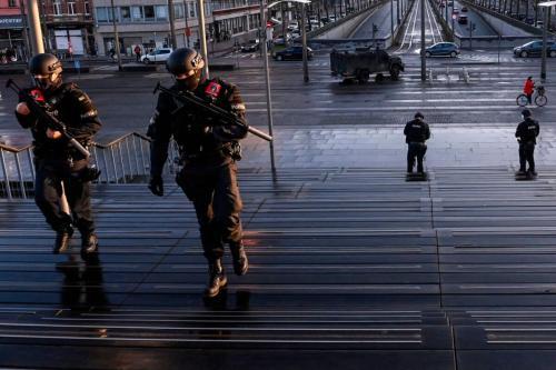 Policiais fortemente armados patrulham fora do tribunal durante o julgamento de quatro pessoas, incluindo um diplomata iraniano e um casal belga-iraniano, perante o tribunal criminal de Antuérpia em Antuérpia, em 4 de fevereiro de 2021. [Dirk Waem/Belga/AFP via Getty Images]
