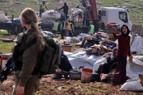 Um residente reage enquanto as forças israelenses demolem tendas e estruturas beduínas na área de Humsa, a leste da vila palestina de Tubas, na Cisjordânia ocupada, em 8 de fevereiro de 2021. [Jaafar Ashtiyeh/AFP via Getty Images]