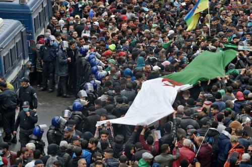 """Os argelinos se manifestam na capital Argel, em 22 de fevereiro de 2021, marcando o segundo aniversário do movimento de protesto antigoverno """"Hirak"""" do país. [Ryad Kramdi/AFP via Getty Images]"""