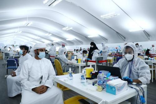 Homem aguarda resultado de exames com tecnologia a laser DPI, em um centro de testagem contra o coronavírus, na fronteira Dubai-Abu Dhabi, nos Emirados Árabes Unidos, em 10 de agosto de 2020 [Francois Nel/Getty Images]