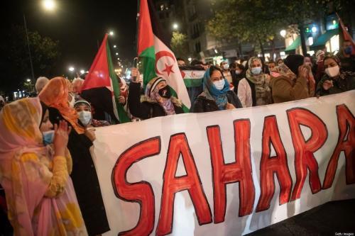 Mulheres com bandeiras do Saara e vestidas com malahfas participam de manifestação para exigir o fim da ocupação marroquina do Saara Ocidental, em apoio à Frente Polisário e para exigir soluções do governo espanhol em 16 de novembro de 2020 em San Sebastian, Espanha. [Gari Garaialde / Getty Images]