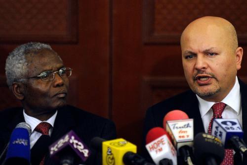 O novo promotor-chefe do TPI, Karim Khan (dir.), durante uma entrevista coletiva em Nairóbi em 13 de março de 2013 [ Tony Karumba/ AFP via Getty Images]