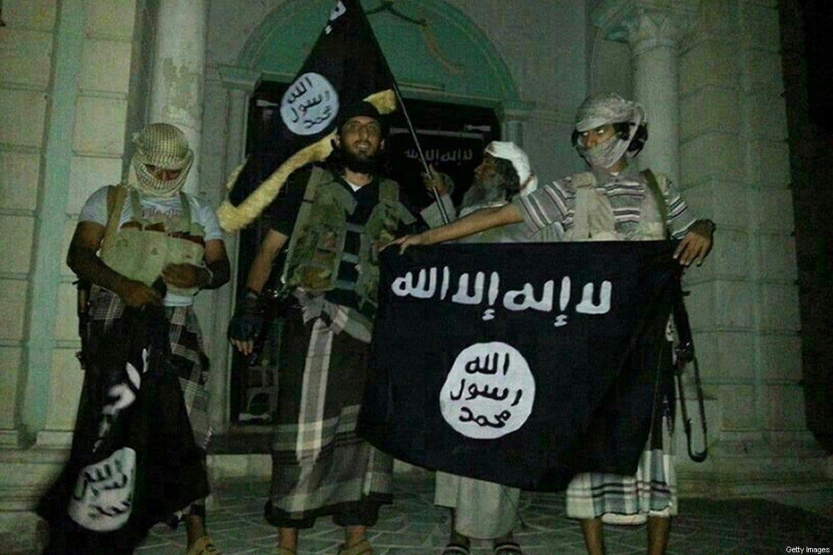 Combatentes da Al-Qaeda posam com bandeiras do grupo terrorista no Iêmen, em 24 de maio de 2014 [AFP/Getty Images]