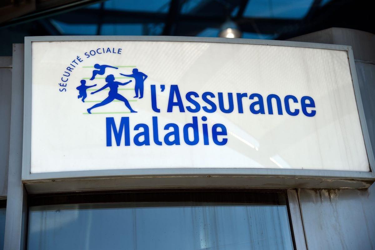 Placa na entrada da sede do Fundo Nacional de Previdência e Saúde da França, em 25 de agosto de 2016 [Bertrand Guay/AFP via Getty Images]