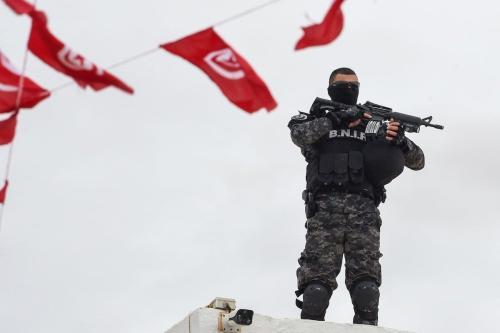 Um membro das forças especiais tunisianas na ilha turística tunisiana de Djerba em 2 de maio de 2018 [Fethi Belaid/ AFP via Getty Images]