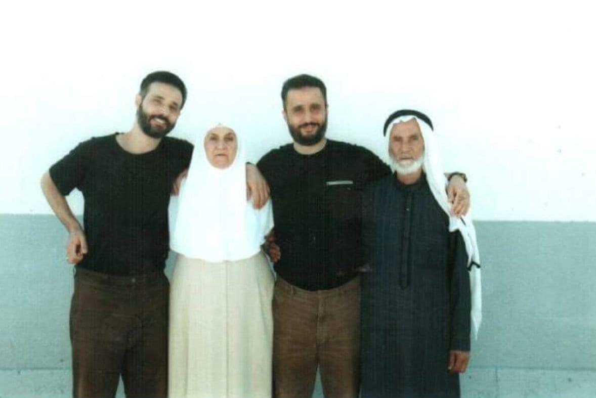 Irmãos palestinos Ibrahim e Mohammad Aghbariah com seus pais antes de sua prisão por israelense em 1992 [Centro de Informações Palestino]
