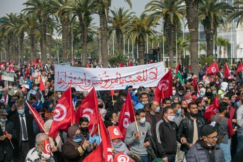 Apoiadores do partido Ennahda protestam pelo fim da crise política no país, marcado por disputas entre o Presidente Kais Saied e o Primeiro-Ministro Hichem Mechichi, em Túnis, capital da Tunísia, 27 de fevereiro de 2021 [Nacer Talel/Agência Anadolu]