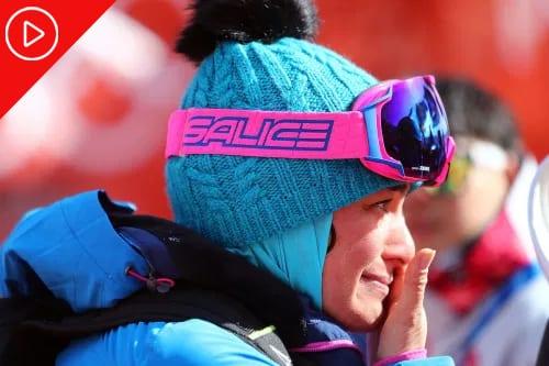 A treinadora-chefe do Irã Samira Zargari emocionada durante o Esqui Alpino Feminino de Slalom no Centro Alpino de Yongpyong, em 16 de fevereiro de 2018, em Pyeongchang-gun, Coreia do Sul. [Amin Mohammad Jamali/Getty Images]