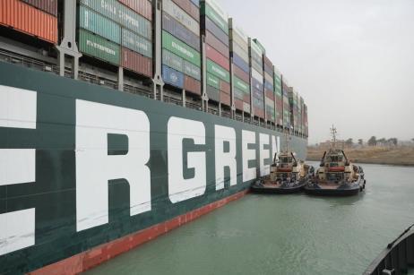 Operação para desencalhar um enorme navio no Canal de Suez, Egito, 25 de março de 2021 [Centro de Mídia do Canal de Suez]
