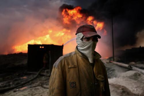 Bombeiros tentam extinguir incêndios causados por terroristas do Estado Islâmico (Daesh) em poços de petróleo, no Iraque, 2 de novembro de 2016 [Yunus Keleş/Agência Anadolu]
