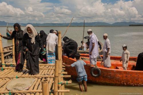 Rohingyas fugindo de Mianmar, chegando a Bangladesh, em 10 de outubro de 2017. [Stefanie Glinski/Thomson Reuters Foundation]