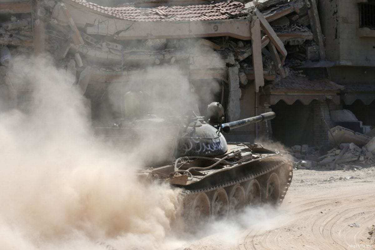 Forças do marechal de campo líbio Khalifa Haftar patrulham as ruas da Líbia [zdig1/ Twitter]
