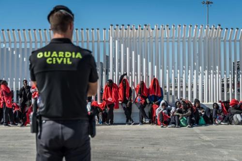 Polícia espanhola vigia os migrantes no porto de Algeciras, na Espanha, em 31 de julho de 2018. [Ignacio Marin/Agência Anadolu]