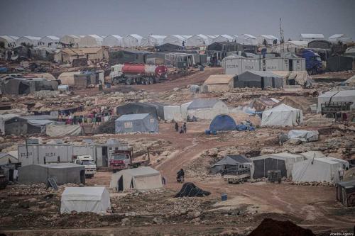 Vista geral de um campo improvisado povoado por famílias sírias, que foram deslocadas à força devido aos ataques em curso perpetrados pelo regime de Assad e seus aliados, em Turmanin, na zona rural ocidental de Aleppo, perto da fronteira com a Turquia, em um dia frio de inverno em Idlib, na Síria, em 14 de fevereiro de 2020. [Muhammed Said/Anadolu Agency]