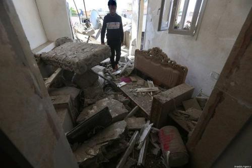 Uma vista do local dos danos após um ataque com foguete realizado pelas forças de Haftar, em 1 de maio de 2020 na Líbia. [Hazem Turkia/Agência Anadolu]