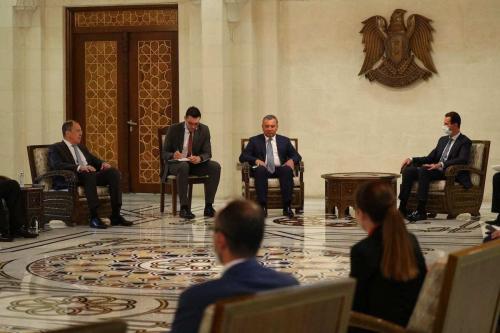 O ministro das Relações Exteriores da Rússia, Sergei Lavrov (esq.) e o vice-primeiro-ministro da Rússia, Yury Borisov (3º esq.) se encontram com o líder sírio Bashar al-Assad (dir.) em Damasco, Síria em 7 de setembro de 2020. [Ministério das Relações Exteriores da Rússia / Folheto - Anadolu Agência]