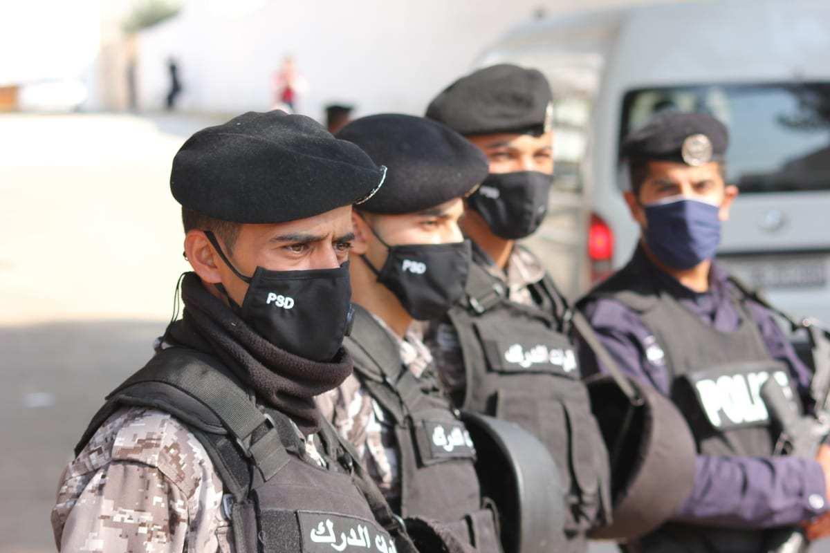 As forças de segurança estão usando máscaras durante a pandemia de coronavírus, em Amã, Jordânia, em 10 de novembro de 2020. [Laith Al-jnaidi/Agência Anadolu]
