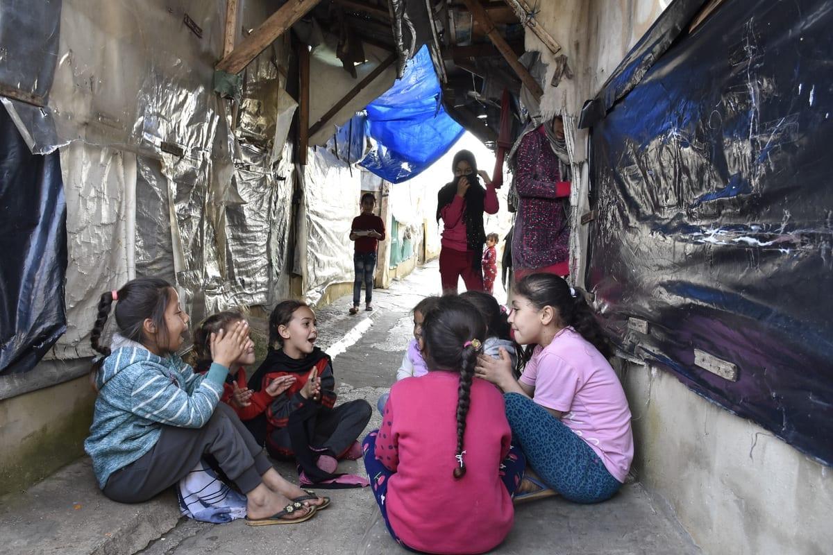 Crianças refugiadas sírias são vistas campo de refugiados após seu acampamento ter sido incendiado em confrontos entre um grupo de refugiados libaneses e sírios em Trípoli, Líbano, em 03 de janeiro de 2021 [Mahmut Geldi / Agência Anadolu]