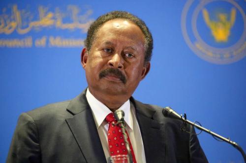 Primeiro-Ministro do Sudão Abdallah Hamdok anuncia reformulação de seu gabinete de governo, durante coletiva de imprensa na capital sudanesa Cartum, em 8 de fevereiro de 2021 [Mahmoud Hjaj/Agência Anadolu]