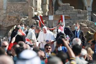 Papa Francisco (C) participa da cerimônia na Praça da Igreja de Hosh al-Bieaa em Mosul, Iraque em 7 de março de 2021 [Osama Al Maqdoni / Agência Anadolu]