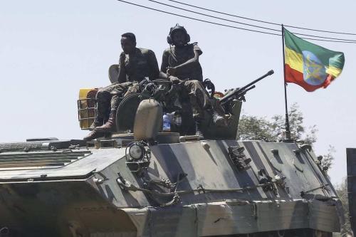 Unidades do exército etíope patrulham as ruas de Mekelle, na região do Tigré, norte da Etiópia, após a cidade ser capturada por uma operação da Frente Popular de Libertação do Tigré (FPLT), em 7 de março de 2021 [Minasse Wondimu Hailu/Agência Anadolu]