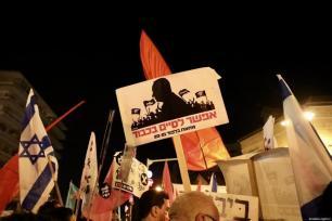 Milhares de pessoas reúnem-se em frente ao Knesset (Parlamento de Israel), durante protesto contra o Primeiro-Ministro Benjamin Netanyahu, em Jerusalém, 20 de março de 2021 [Mostafa Alkharouf/Agência Anadolu]