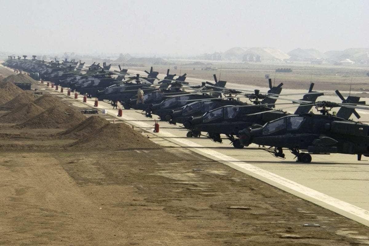 Helicópteros Apache Longbow, do exército dos Estados Unidos, enfileirados na base aérea de Ain al-Assad, no Iraque, 7 de janeiro de 2004 [Suzanne Jenkins/Força Aérea dos Estados Unidos]